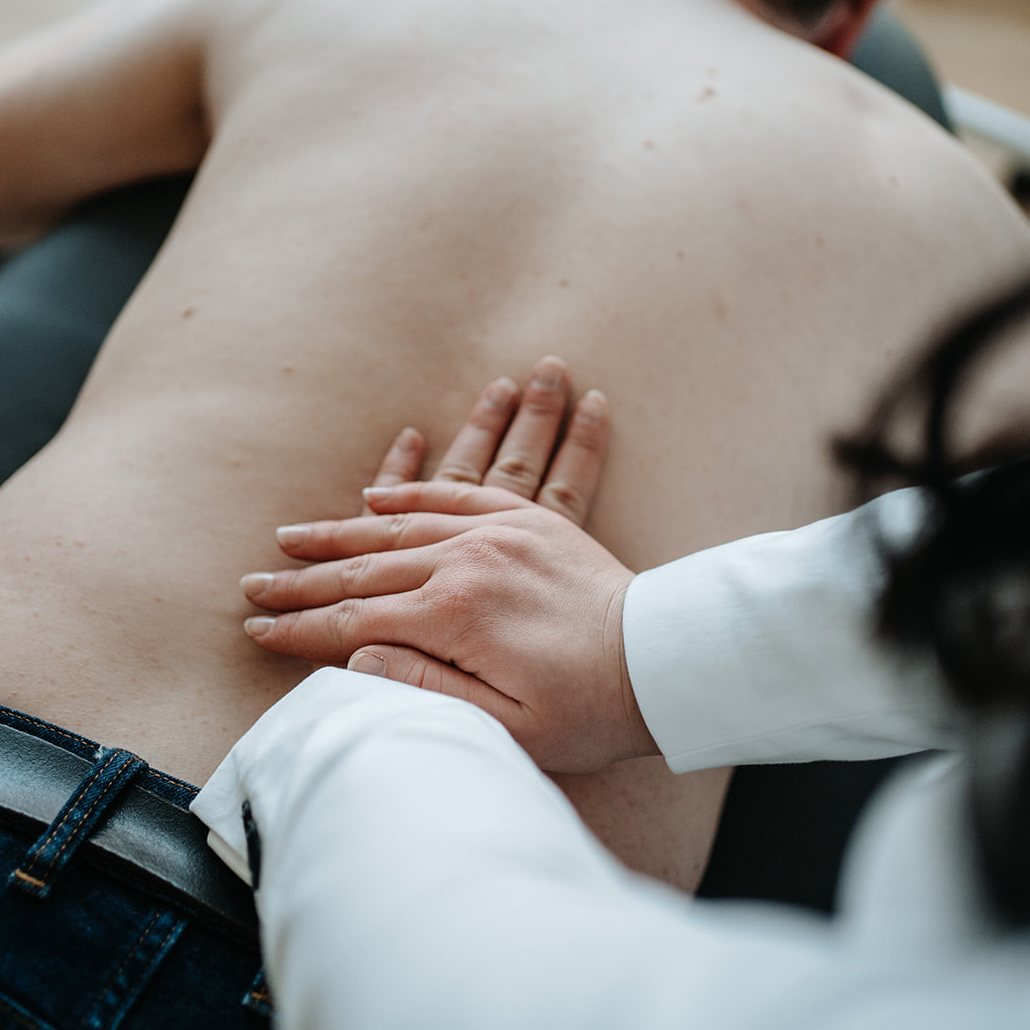 Erholsame Rückenmassage - SixSenses, Heilpraktiker-Praxis für Naturheilkunde & Ästhetik in Nürnberg